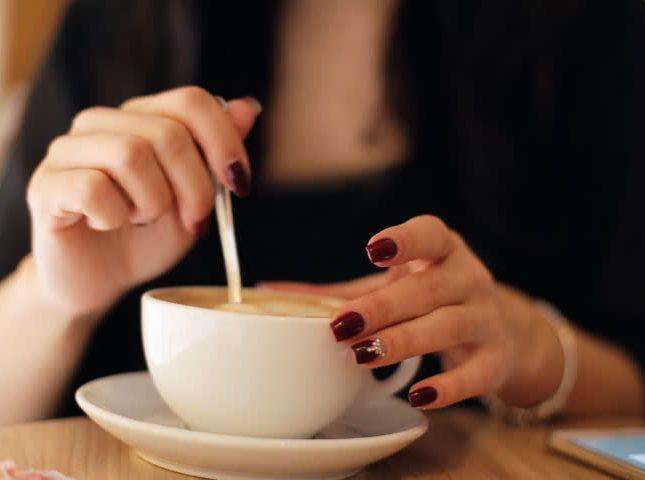 kávés körmök